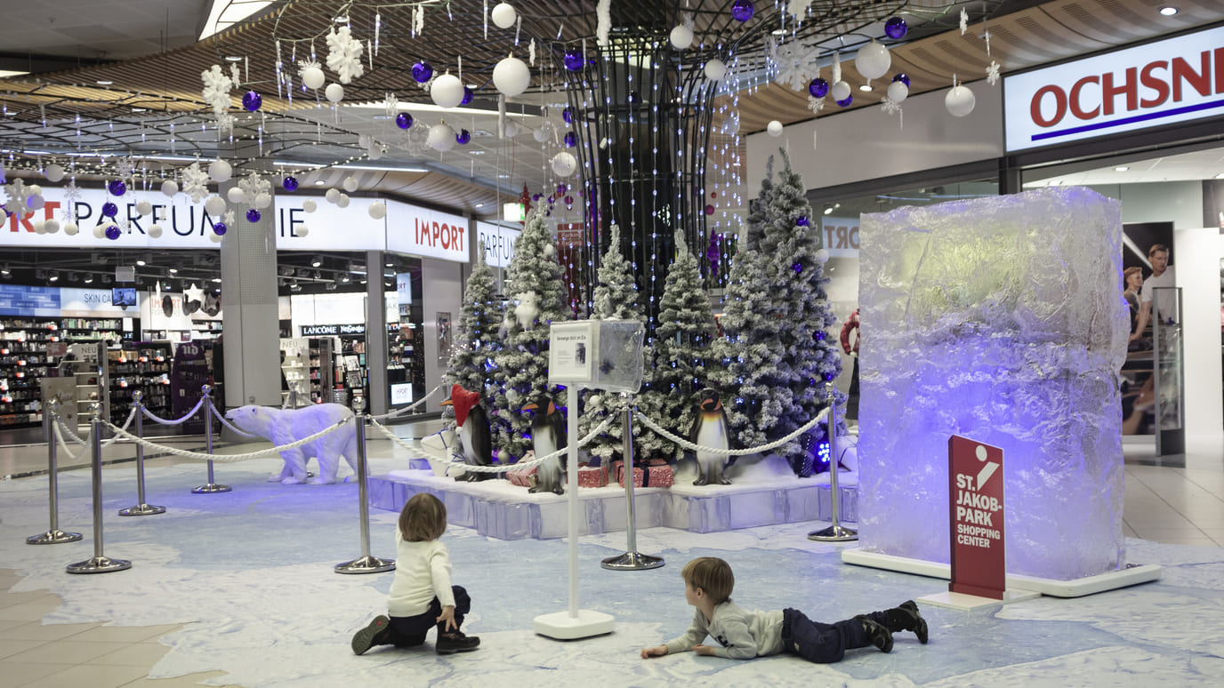 Dekoration-Shopping-Center-Winter-Wonder-Land-Kunst-Eis-Eisbär-Fotoboden-Eventdekoration-Eventmarketing-Eventagentur-Emotion-Company-dekoelemente