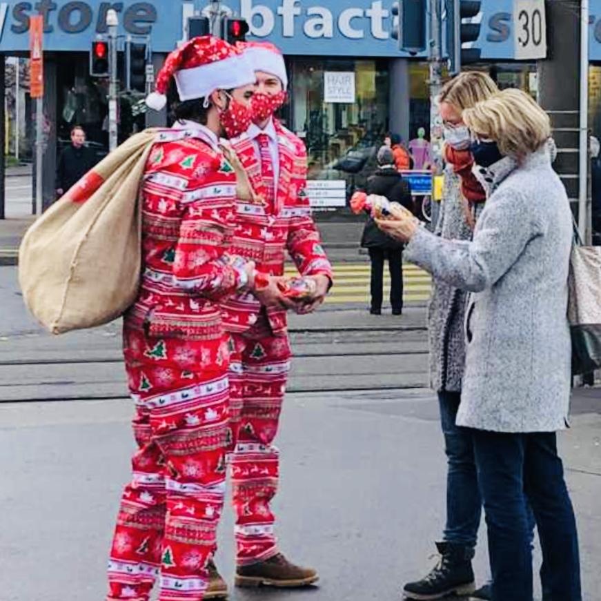 Weihnachtsmänner in hippen Anzug